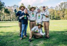 O jovem blogueiro Jimmy, 21 anos (terceiro, ao centro, em pé) é idealizar da campanha que arrecadou 20 milhões de dólares para plantar 20 milhões de árvores em todo o mundo. Foto - Teamtree.org