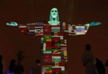 Bandeiras de 150 países que registraram casos de coronavírus foram exibidas ontem à noite no Cristo Redentor, Rio de Janeiro.