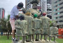 Os Retirantes receberam máscaras na campanha preventiva do Coronavírus em Recife. A escultura homenageia dona Lindu, mãe do ex-presidente Lula – Foto - Prefeitura do Recife/Divulgação