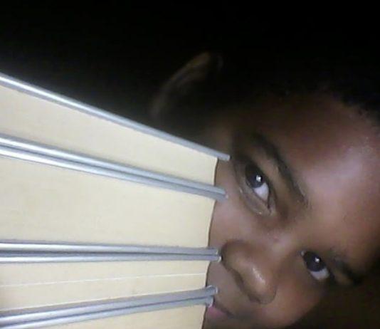 Adriel, garoto de 12 anos apaixonado por livros, reage a injúria racial e ganha milhares de seguidores no Instagram. Foto - Instagram