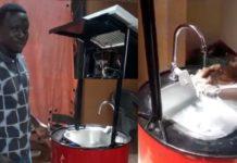 O ganense Richard Kwarteng mostra como funciona o lavador de mãos que ele criou, que funciona com energia solar. Foto - Rede Social - CNN