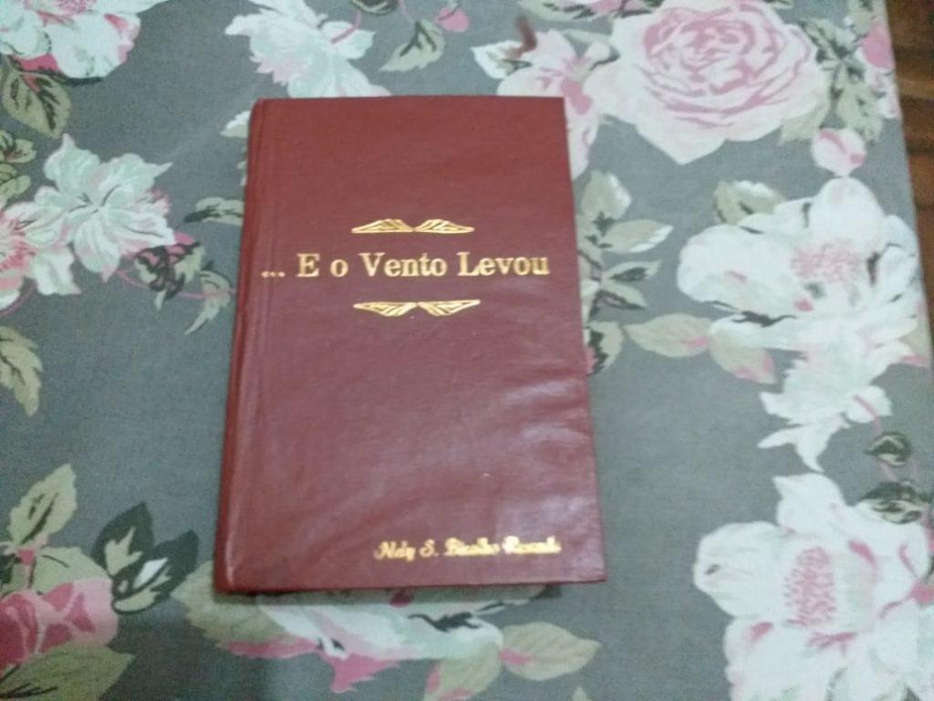 """Exemplar restaurado do livro """"E o vento levou"""", que está na família Bicalho desde 1953. Foto - arquivo pessoal"""